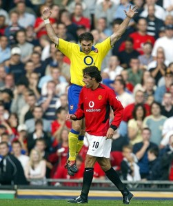 MAN UNITED V ARSENAL ... 21/09/03 ... PIC JACK DAWES ARSENAL'S MARTIN KEOWN CELEBRATES OVER VAN NISTELROOY AT THE END OF THE GAME.